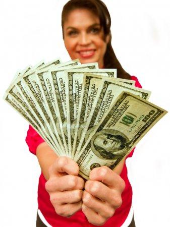 Photo pour Modèle féminin attrayant tient $100 dans la main (s) et sourit . - image libre de droit