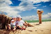 jumeau garçons reposantes sur une plage