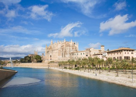Palma de Mallorca; view over water feature towars the cathedral