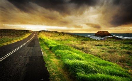 Photo pour Route mène à un beau littoral - image libre de droit