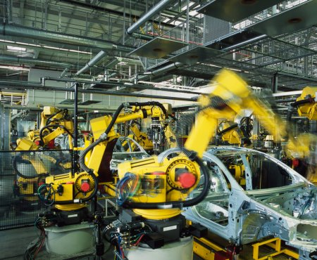 Photo pour Robots jaunes voitures dans une ligne de production de soudage - image libre de droit