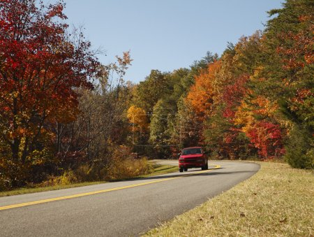 Photo pour Un camion rouge le long d'une route panoramique d'automne du parc national de great smoky mountains. - image libre de droit