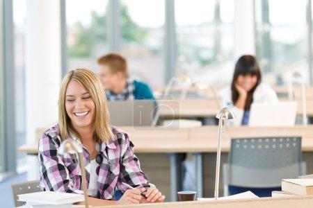 feliz sonriente estudiante estudio en aula