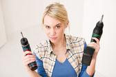 amélioration de l'habitat - femme avec tournevis de batterie