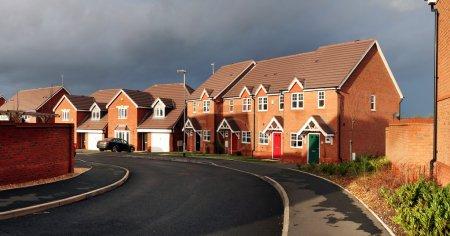 Photo pour Immobilier de banlieue. cul-de-sac en cannock en Angleterre avec starter home town houses - image libre de droit