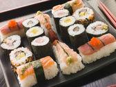 Výběr mořských plodů a zeleniny sushi na podnose