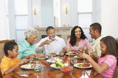 Rodina s jídlem dohromady doma
