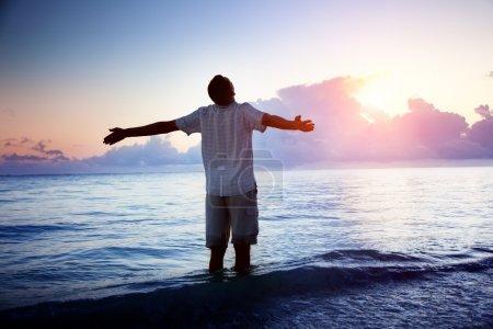 Foto de Joven feliz en mar y sol - Imagen libre de derechos