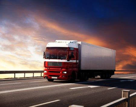 Photo pour Camion sur autoroute et coucher de soleil - image libre de droit