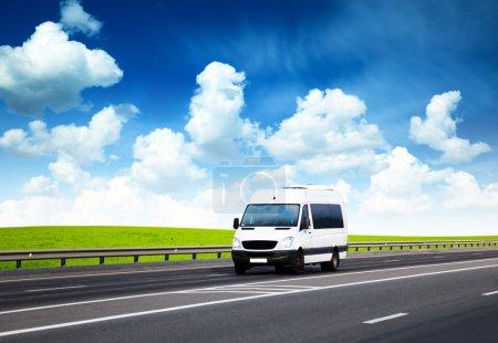 Photo pour Van sur la route et journée d'été parfaite - image libre de droit