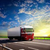 Kamion na dálnici a západ slunce
