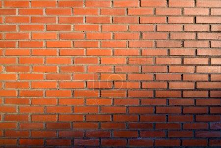 Photo pour Mur, briques orange et coucher de soleil - image libre de droit