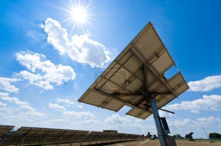 Photo pour Station solaire contre le Soleil avec quelques Lens Flares - image libre de droit