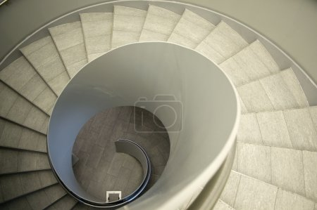 Photo pour Regardez par un escalier en colimaçon moderne - image libre de droit