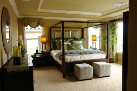 Photo pour Chambre des maîtres de luxe lumière et lumineux avec plafond à caissons . - image libre de droit