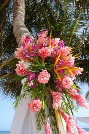 Photo pour Gros plan d'un grand bouquet de fleurs tropicales flancs de cet autel de mariage de plage en tissu de soie - image libre de droit