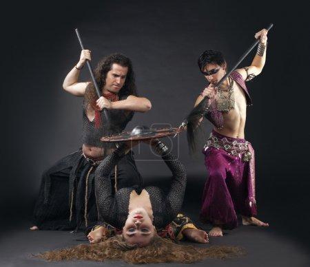 Foto de Escena ritual con escudo y lanza - traje típico de arabia - Imagen libre de derechos