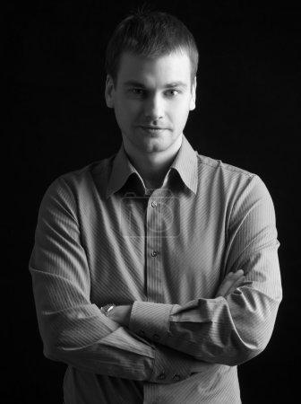 Photo pour Beau mannequin homme sur fond noir - image libre de droit