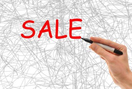 Photo pour Main tenant un marqueur écrit le mot vente en grosses lettres - image libre de droit