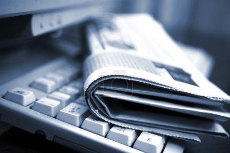 Photo pour Journaux sur le clavier de l'ordinateur se bouchent - image libre de droit