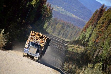 Photo pour Un camion forestier approche dans la belle Colombie-Britannique - image libre de droit