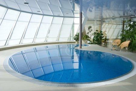 Photo pour Luxe resort piscine avec belle eau propre bleu - image libre de droit