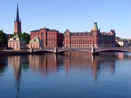 Photo pour Stockholm, Suède. Le pont Vasa à Gamla stan sur NorrstrXom, avec la tour Riddarholmen Church à l'arrière . - image libre de droit