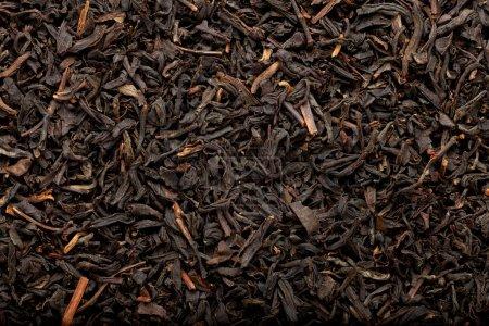 Photo pour Quelques feuilles de thé noir séchées et fermentées formant un motif de fond - image libre de droit