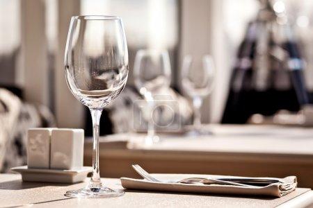 Photo pour Restaurant raffiné table de dîner emplacement : serviette & verre à vin - image libre de droit