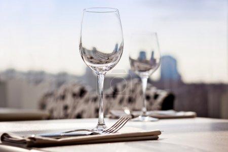 Photo pour Fine restaurant Dîner table place réglage : serviette & verre à vin - image libre de droit