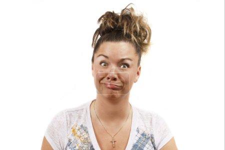 Photo pour Jeune femme d'âge moyen ahXoa fond blanc faisant un drôle de visage fou . - image libre de droit