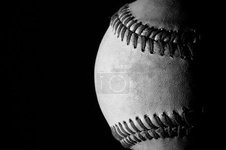 Photo pour Une balle de baseball vieux temps en noir et blanc - image libre de droit