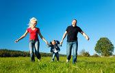 Aktivní rodina běží dolů