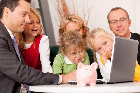 Photo pour (actifs, de l'argent ou similaire) faire une certaine planification financière - symbolisé par une tirelire de la fille tient dans sa main - image libre de droit