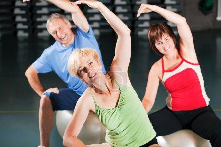 Photo pour Exercice avec balle de fitness - image libre de droit