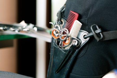 Photo pour Holster de coiffeur porté autour de la hanche avec beaucoup d'outils - image libre de droit