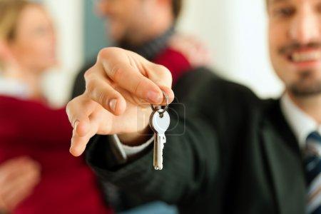 Photo pour Une maison ou un appartement, ils sont réunissent le courtier propriétaire ou de l'immobilier qui a les clés - image libre de droit