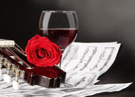 Photo pour Notes, vin, guitare et rose - image libre de droit