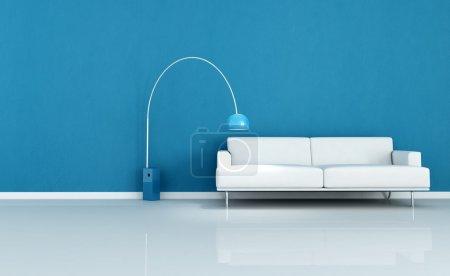 Foto de Sofá blanco en una habitación azul minimalista - Imagen libre de derechos