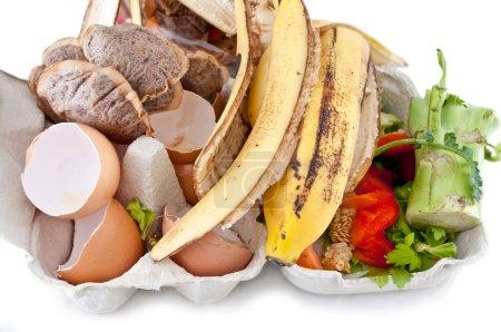 Photo pour Un assortiment de déchets de cuisine en attente de compostage . - image libre de droit
