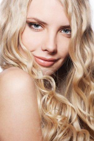 Photo pour Portrait de jolie femme souriante aux longs cheveux bouclés - image libre de droit