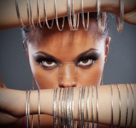Foto de Cerrar el retrato de una mujer hermosa con pulseras en sus manos - Imagen libre de derechos