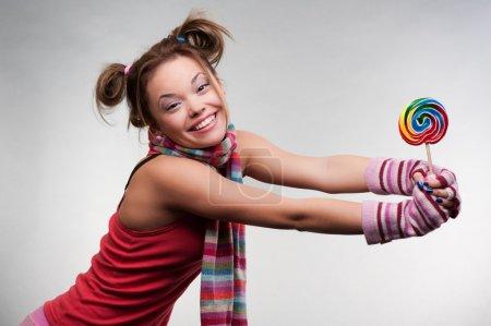 Photo pour Jolie fille souriante avec grande sucette - image libre de droit