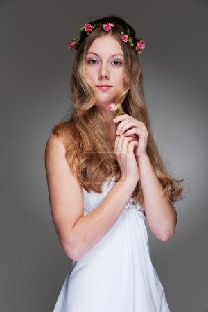 Photo pour Portrait de la gracieuse jeune femme avec des fleurs - image libre de droit