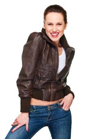 Photo pour Belle femme joyeuse en jeans et veste en cuir. isolé sur blanc - image libre de droit