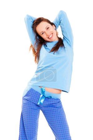 Photo pour Femme mignonne heureuse en pyjama bleu sur fond blanc - image libre de droit