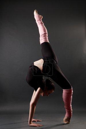 Photo pour Jeune femme montrant belle pose gymnastique - image libre de droit