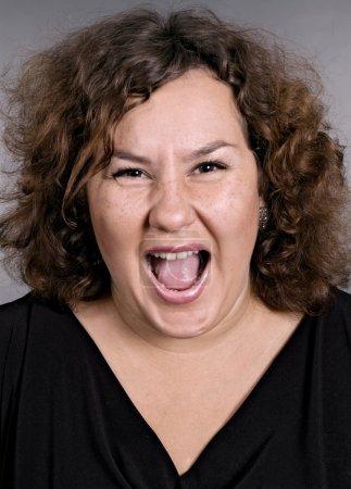 Photo pour Femme très émotionnelle crie sur fond gris - image libre de droit