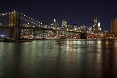 Photo pour Les toits de new york city au crépuscule w brooklyn bridge - image libre de droit
