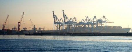 Photo pour Les grues industrielles lourdes utilisées pour charger et décharger de grands navires de charge au port de Naples . - image libre de droit